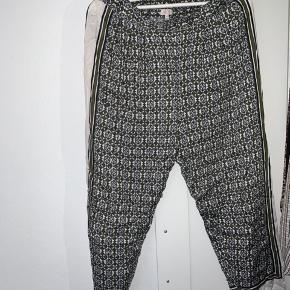 Fine hvide bukser med grønne detaljer fra Part Two Copenhagen. Brugt, men i fin stand, trænger måske til at blive strøget. Str. 38  BYD <3