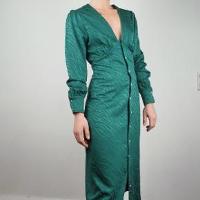 Smuk kropsnær kjole med lange ærmer og knapper foran. Nypris 500 Aldrig brugt.