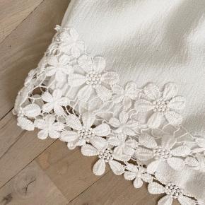 De smukkeste hvide shorts med broderi-detaljer. Lavtaljede, så passer bedst en xs eller s! Kun brugt 2 gange.