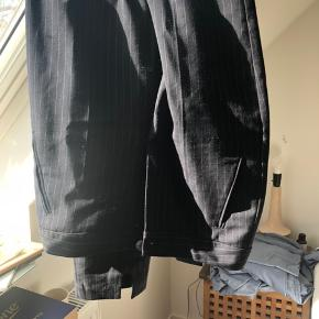 Højtaljede nålestribede bukser