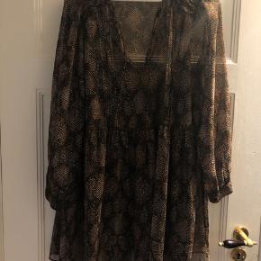 Mønsteret kjole fra zara i str l. Kan også passes af en m. Løs pasform. Sort inderkjole med.