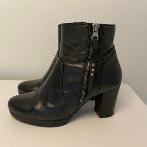 Lækre og behagelige støvler. Er brugte, men i god stand (den ene hæl er lidt slidt, se billede, men dette burde kunne laves).