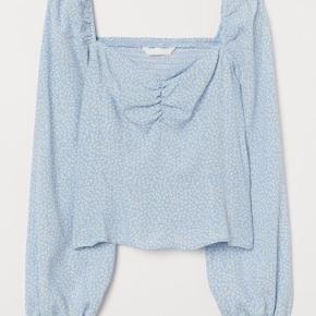 H&m puff-sleeved blouse!  Sidder tæt på kroppen. Har en heart neckline