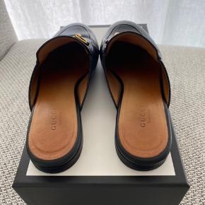 Sælger mine Gucci Princetown flats / slippers i læder, da jeg ikke får dem brugt. De er passet godt på, og er derfor i god stand. Købt hos Mytheresa.  Æske og kopi af kvitt. medfølger Nypris 4500 Sælges for minimum 3000