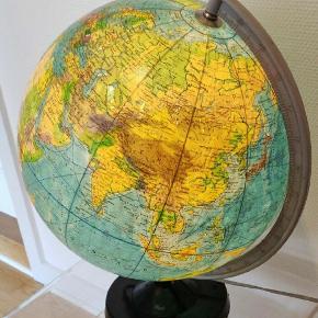 Stor flot globus med lys som fungerer. Den har passende patina.