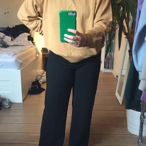 Farven på sweatshirten er lidt svær at gennemskue, men det er lidt en blanding mellem rust, orange og brun 😎