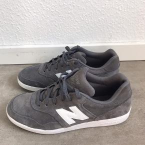 Super fed sko fra New Balance, som sidder fast på foden - Skoene er brugt højst 3-4 gange :)  Fitter en str 43
