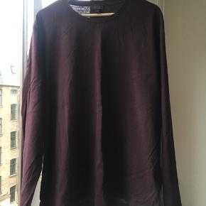 Lækker langærmet t-shirt fra cos i en mørk rød/Bordeaux farve. Aldrig brugt.