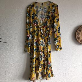 Super fin sommerkjole med flæser i bunden i en wrapstyle.