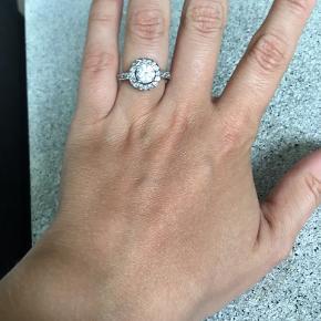Brugt 1 gang. Smuk smuk ring. Der står noget stempel indeni, men kan dog ikke tyde det. Ringen er enten Sterling sølv eller forsølvet.  Måler ca. 1.65cm i indre diameter, er du i tvivl om den passer så mål den indre diameter på en ring du i forvejen kan passe ☺️