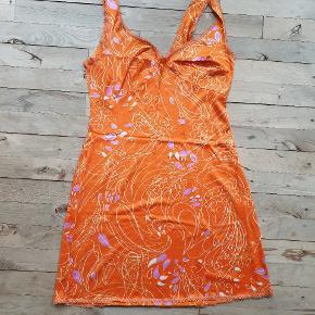 Vintage retro underkjole / kjole. Den måler 90 cm om brystet, 106 om rumpen og den er 86 lang.
