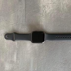 Sælger dette Apple Watch serie 4, 44mm. - farven er Space Grey Kvittering haves.  BYD