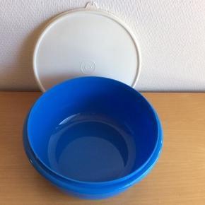 Varetype: Røreskål med Hvidt låg    NY Størrelse: 3 L Farve: Blå / Hvidt låg  Sendes med DAO, hvis andet ikke er aftalt.