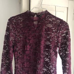 Rosemunde blonde bluse i Bordeaux. Størrelse xs/small. Kun prøvet på én gang. Byd gerne 🌸