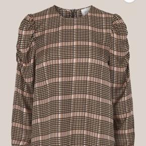 Helt ny bluse fra Second Female. Købt for få uger siden i magasin. Blusen har alsidig været brugt. Vil gerne så tæt på nypris som muligt der er 900 kr. 😊