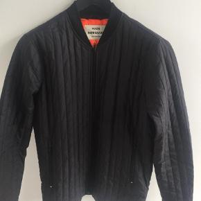 Varetype: Jakke Farve: Sort Oprindelig købspris: 1000 kr.  Den klassiske Quilt Janus jakke