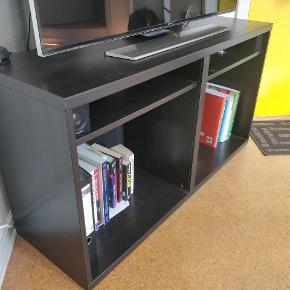 BESTÅ tv-møbel i flot stand. Sortbrun farve.