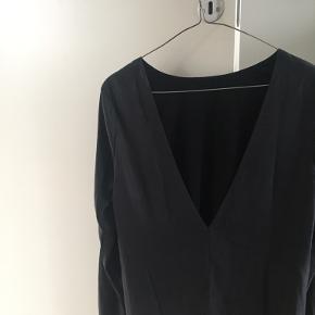 Super feminin bluse med nedringet ryg.