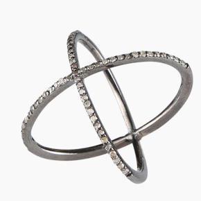 Varetype: CROSS diamantring Størrelse: 54 Farve: Sølv Oprindelig købspris: 4199 kr.  Rå og funky, men samtidig elegant ring, med krydsende ringbånd beklædt med funklende single-cut diamanter. Det sorte sølv kombineret med de funklende diamanter, skaber et smukt og elegant look, mens designet med de krydsende ringbånd giver ringen et råt look  Diamantspecifikation:  - 0.75 carat - single-cut - Farve (colour): LM - Klarhed (clarity): VS2