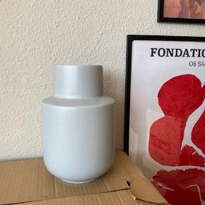Stor og super flot grå vase i minimalistisk design fra Ikea 🌻 aldrig brugt! Nyprisen var omkring 100 kr. Måler ca. 24 cm i højden   Bemærk - afhentes ved Harald Jensens Plads eller sendes med DAO. Bytter ikke ☺️🌸   ⭐️  vase grå svensk design moderne Ikea