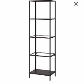 Reol fra IKEA i sort med fem hylder, hvoraf tre er med glas. Sort stel. Den er i rigtig fin stand.