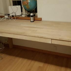 Super flot skrivebord i sæbebehandlet træ med skuffe. Sæbevoks medfølger.  Mål l 165 (ca) b 60 Skal afhentes i Præstbro