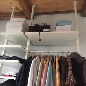 Lækreste reolsystem, som udelukkende sælges da jeg skal flytte og ikke har plads til det.   IKEA Elvarli system med 2 skohylder, 6 mindre hylder, 1 stor hylde, bøjlestang, 2 store skuffer og 2 rum. Nemt at sætte op og alle dele medfølger selvfølgelig :) Spændes ud mellem gulv og loft og skrues fast i loft. Højden kan justeres, så det masser ind alle steder.   Kan afhentes på Vesterbro.