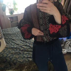 Den smukkeste skjortebluse med pufærmer fra h&m studio autumn collection 2016 🍒 har så mange flotte detaljer og er i virkelig god kvalitet og stand. Skriv for flere billeder eller detaljer - str er ikke angivet i trøjen, men jeg er en medium