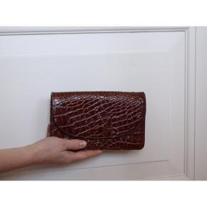 #30dayssellout  Bare kom med et bud:)  - Krokodilleskinds taske  - Ægte  - Har en del patina (se billede 2)  - Størrelse: 19 cm i længden 12 cm højden