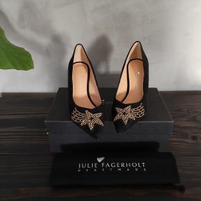 Lækre sorte ruskinds stiletter fra Heartmade / Julie Fagerholt. Aldrig brugt. Nypris 3500 kr. Hælen er 8 cm.