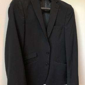 Pæn klassisk jakke. Brugt et par gange af min 16-18 årige søn