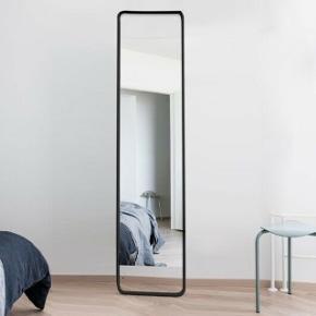 Menu flip spejl med tavle bag på. Aldrig taget i brug og er stadig i original emballage. B: 42 cm, H: 175 cm.