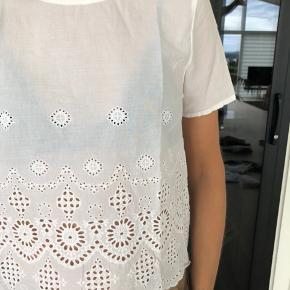 Sød hvid t-shirt fra Pieces i str. l. Nypris 350kr. Den har været brugt et par enkelte gange og er fortsat i pæn stand.