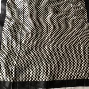 Mål 100 x 100 cm  Silke  Prisen er fast  Kan afhentes på adressen i Sankt Peders Stræde 25, 1453 Kbh efter aftale på sms  20123381 eller sendes mod Porto