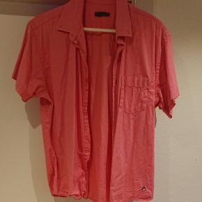 Pink kortærmet skjorte med brystlomme, str. XL men sidder tæt så vil sige den passer bedst til en str. M eller L 98% bomuld 2 % elasthan.