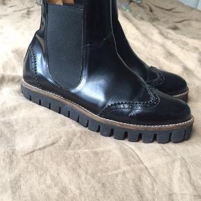 """Jeg sender pakker i weekenden og giver derfor 100kr. rabat.   Flotte sorte støvler fra Ganni i str. 40 i rigtig fin stand. Modellen hedder """"Erin"""". Er brugt en enkelt sæson og har ellers stået i skabet."""
