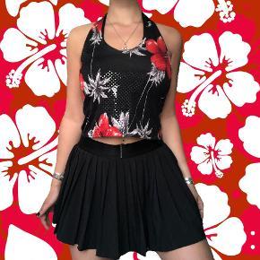 Halterneck top i shiny stof med små perle agtige ting på i Hawaii blomster aloha mønster så fin 🌺❤️🖤