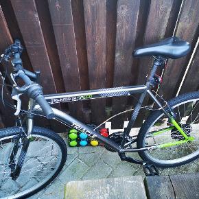 """51 cm stel 26""""hjul, shimano tourney tz revoshift 18 gear... Koster Ca. 1700 i power, som er der den er set billigst. Den har lidt rust her og der, men køre uden problemer, er brugt en del, men jeg har fået en ny cykel, og sælger derfor denne..."""
