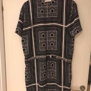 Lækker kjole med bindebånd i taljen . Tryk på køb nu!