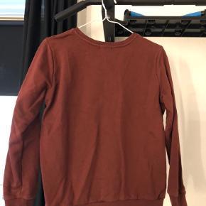 Ny pris 🤩 Skøn trøje fra Calvin Klein str S. Skriften står med glimmer. Kan sendes eller hentes i Valby. Nypris 700kr.