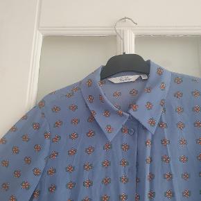 Den smukkeste blomsterskjorte fra & Other Stories.  En lille størrelse 38, men nærmere str. 36.  Kun brugt én gang, men den er desværre for lille - foretrækker oversized skjorter.