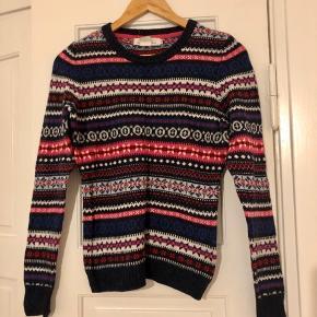 Flot strik fra H&M. Kun brugt en enkelt gang. Der står ikke noget om materialet, men det føles som uld/bomuld.