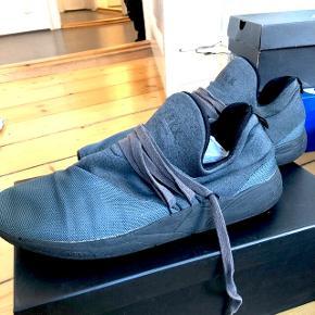 Til herrerne 👨🏻💼 Lækre velholdt ARKET sneackers str. 43✔️ Næsten som nye, udover nogen små hvidepletter på siden af skoen, som næsten ikke ses👟 Nypris var mellem 800-900
