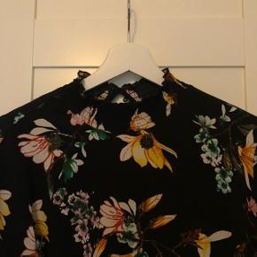 Fineste kjole med flotte detaljer - brugt men stadig god.