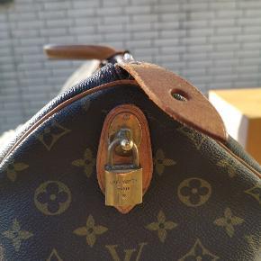 Louis Vuitton keepall 55  Står så fint, brugt sparsomt,   Der medfølger æske og dustbag Tasken befinder sig i København, så kom endeligt forbi og kig på den.   Hilsen Silas
