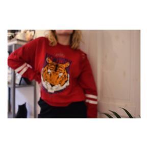 Rød, hullet, tiger sweater i størrelse medium fra gina tricot.  Brugt få gange