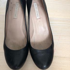 Fede sko med høj tyk hæl på ca. 10 cm. og plateau på små 3 cm. Der er små hakker og tegn på at de er brugt, deraf salgsprisen. Nemme at gå i og en god kvalitet sko.
