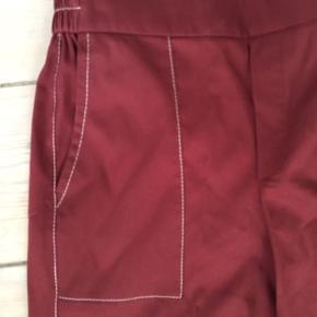 Helt nye bukser fra Massimo Dutti - perfekt til efteråret.  Elastik bag og flad fromt.  Cropped. Sidder rigitg godt
