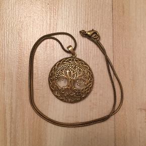 Virkelig flot og detaljeret tree of life i messing. Med kæde.