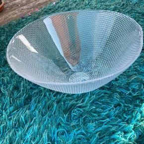 Superfin stor organisk glasskål fra Holmegaard. Design: Torben Andersen (Trigona). Diameter: 31 cm Højde: 15,5 cm Fin stand/ingen fejl